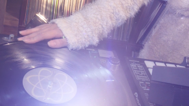 オーディオを扱う女性の手